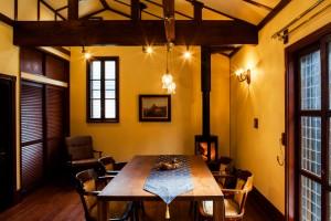 木と漆喰を基調としたオフィス